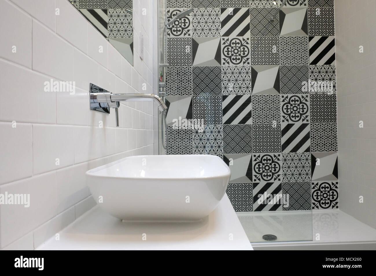 Suite avec salle de bains blanc carreaux mosaïque monochrome ...