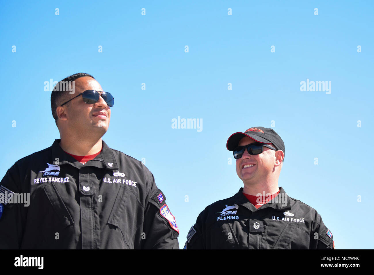 De gauche, U.S. Air Force Tech. Le Sgt. Reyes-Sanchez Yamil et Master Sgt. Jamie Fleming, F-22 Raptor et chef de l'équipe de l'équipe de démonstration de gestion respectivement, regarder le F-22 Raptor son rendement au cours de la 2018 Yuma Airshow hébergé par Marine Corps Air Station Yuma (Arizona), le 17 mars 2018. L'équipe se rendra à Santiago du Chili et de l'Alberta, Canada cette saison. Photo Stock