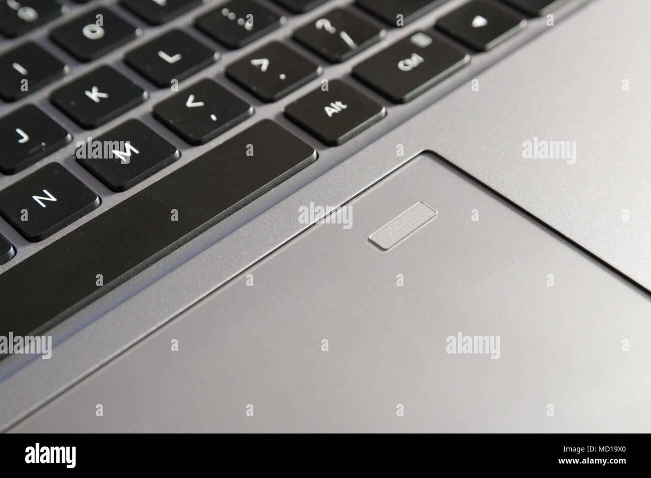 Scanner d'empreintes digitales sur le pavé tactile d'un ordinateur portable, clavier partielle voir Photo Stock