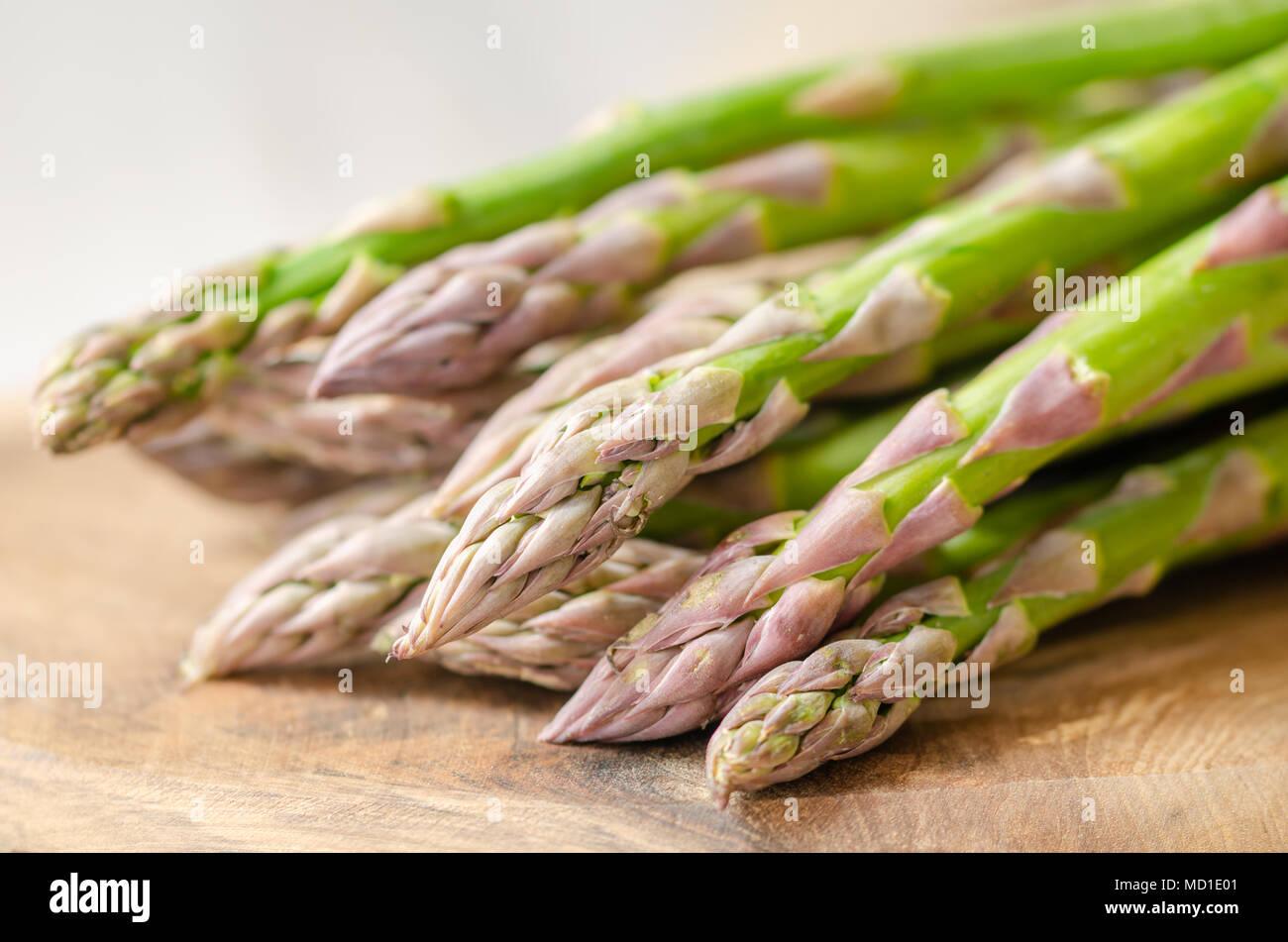 L'asperge verte et fraîche sur la table en bois, de l'alimentation végétarienne, Photo Stock