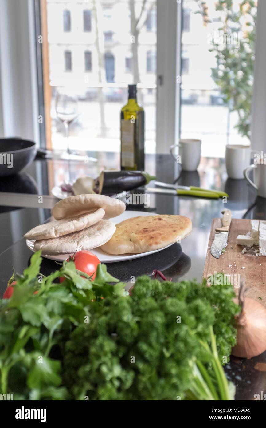 Une alimentation saine.table de cuisine haut-végétariens-vegatbles et pain plat ,selective focus Photo Stock