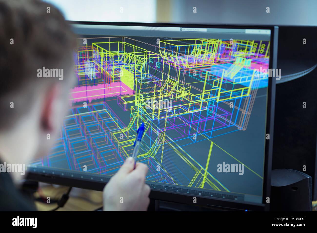 Au travailleur à la CAD wireframe design industriel à l'écran Photo Stock