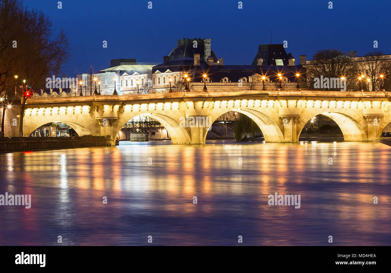 Le Pont Neuf Nouveau pont et rivière Seine la nuit , Paris, France. Photo Stock