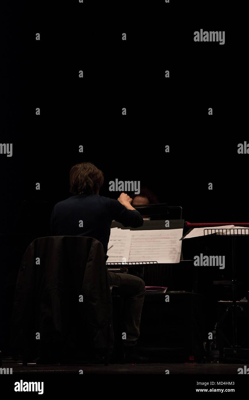 Chef d'orchestre sur scène lors de reharsals Photo Stock