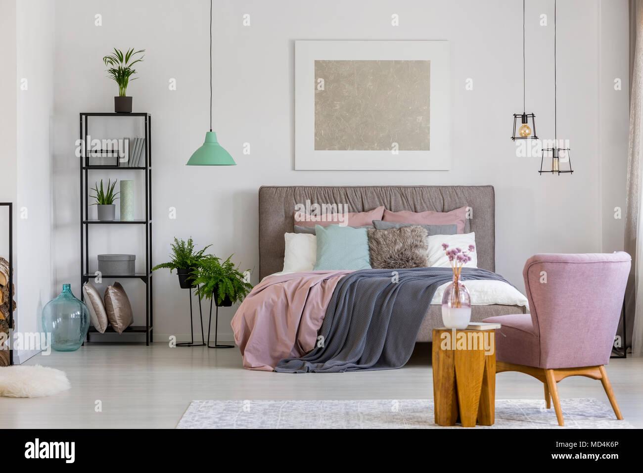 L\'affiche moderne accroché sur un mur blanc au-dessus de lit dans la ...