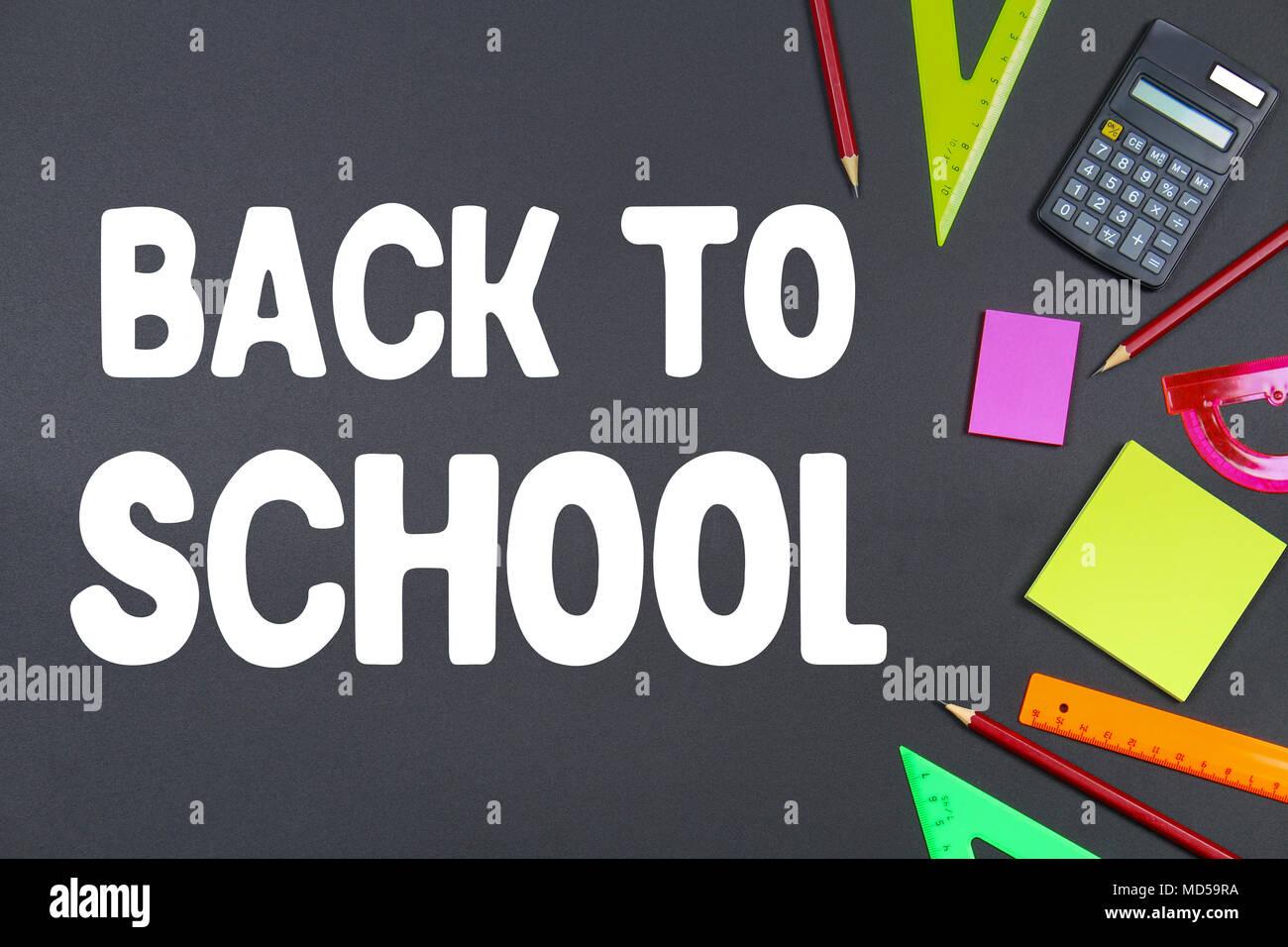 L école et les fournitures de bureau sur tableau noir l arrière