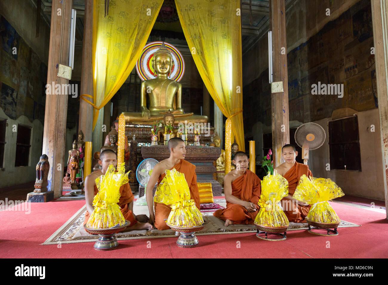 Cambodge - quatre moines moines bouddhistes au cours d'une cérémonie au temple d'un sanctuaire bouddhiste, Siem Reap, Cambodge Asie Photo Stock
