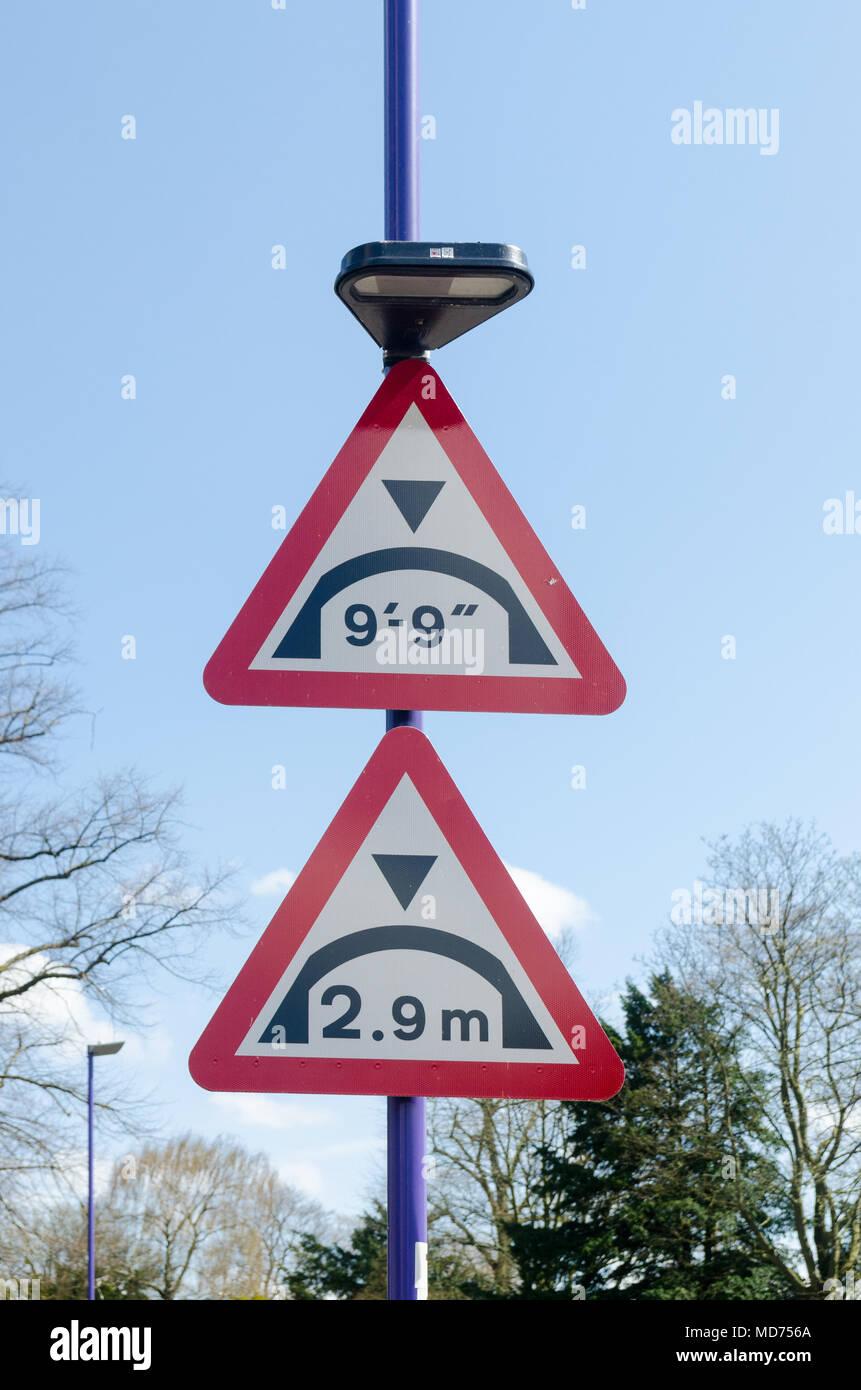 Signe de route de pont d'avertissement avant de donner la hauteur maximale en mesures métriques et impériales Photo Stock