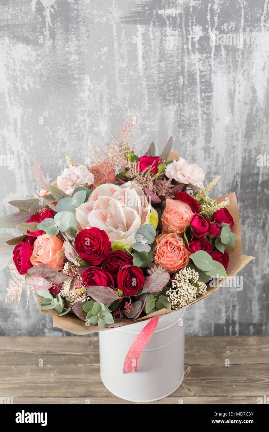 close up magnifique bouquet fleurs de printemps sur fond gris magasin de fleur table en bois. Black Bedroom Furniture Sets. Home Design Ideas