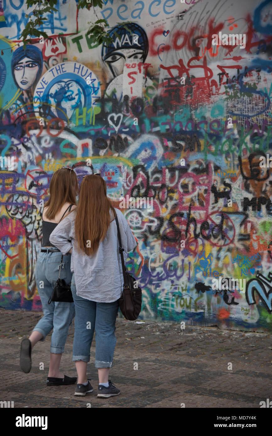 Deux filles regarder le mur John Lennon à Prague, République Tchèque Photo Stock