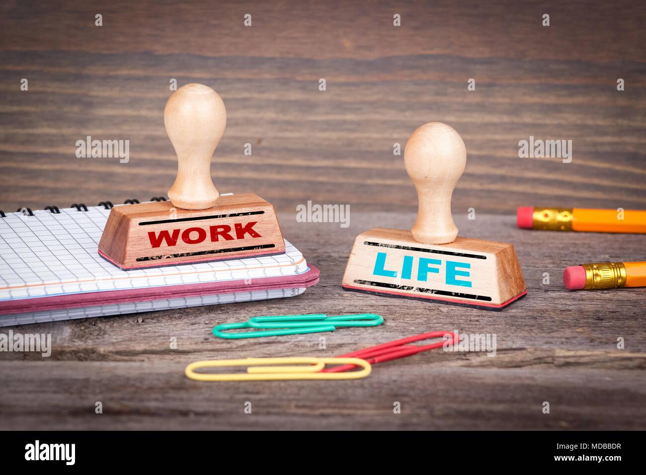 Équilibre travail-vie concept. Tampons sur 24 dans le bureau. Banque D'Images