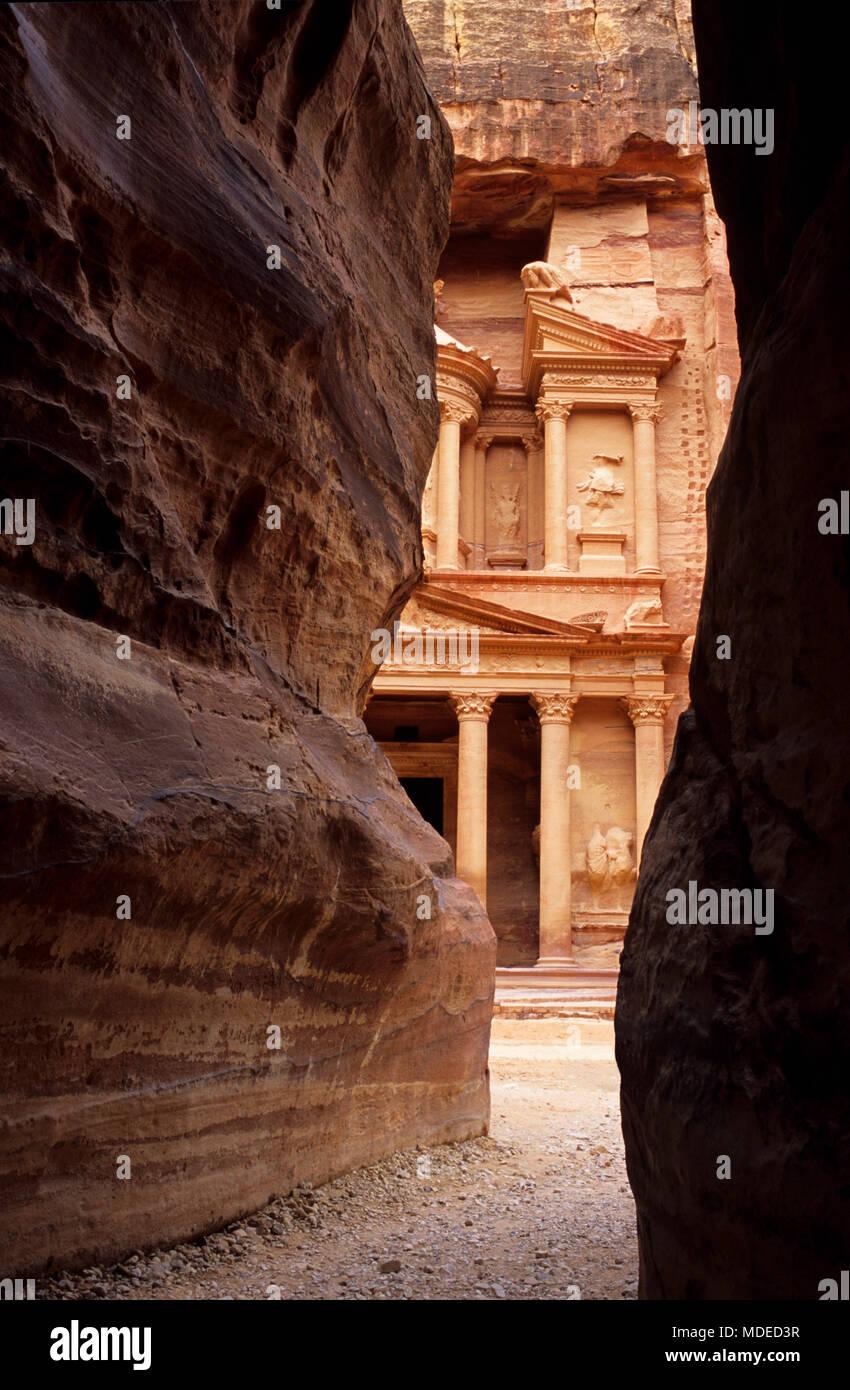Le Conseil du Trésor vue entre Al Siq murs du canyon de Petra, Jordanie Photo Stock
