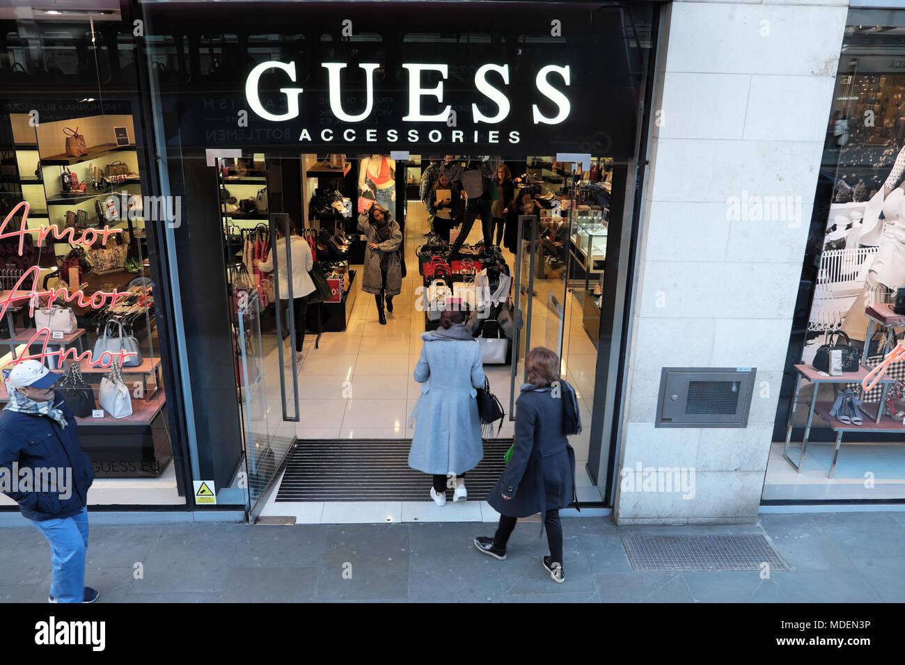 9dcb9416ae Quelques acheteurs dans l'entrée d'accessoires Guess boutique, un grand magasin  de