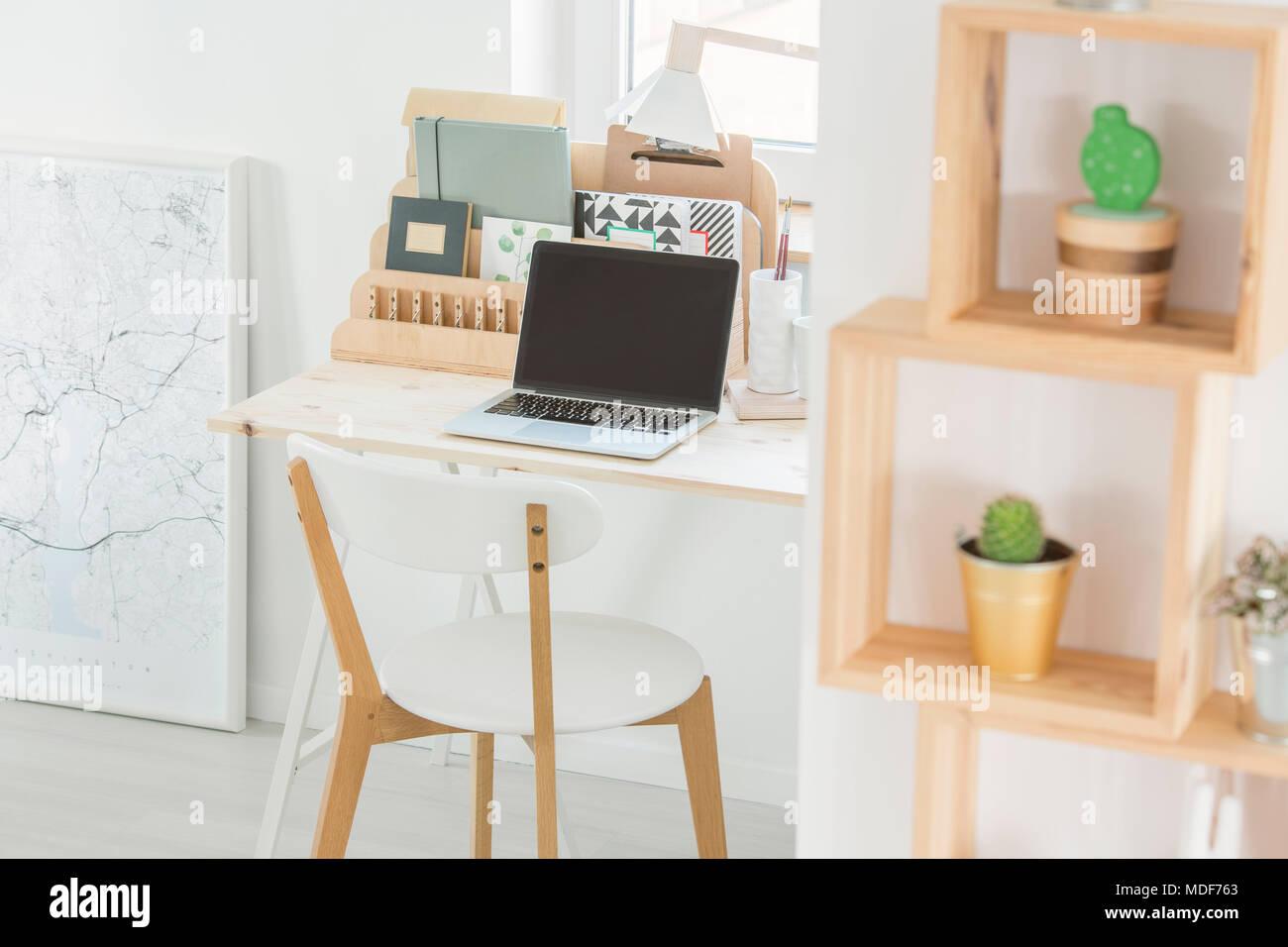 Ordinateur portable sur un bureau en bois d une chaise et d