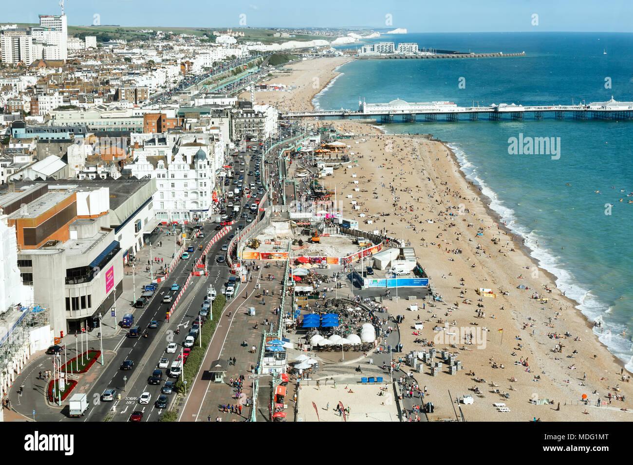Vue aérienne de la côte ensoleillée de l'été, Brighton, sept Sœurs sur l'horizon Photo Stock