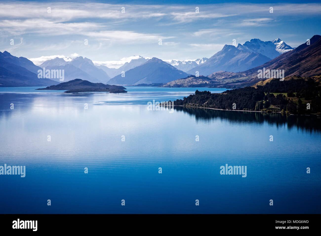Le Lac Wakatipu à en direction de Mt. Le Parc National en herbe, île du Sud, Nouvelle-Zélande. Banque D'Images