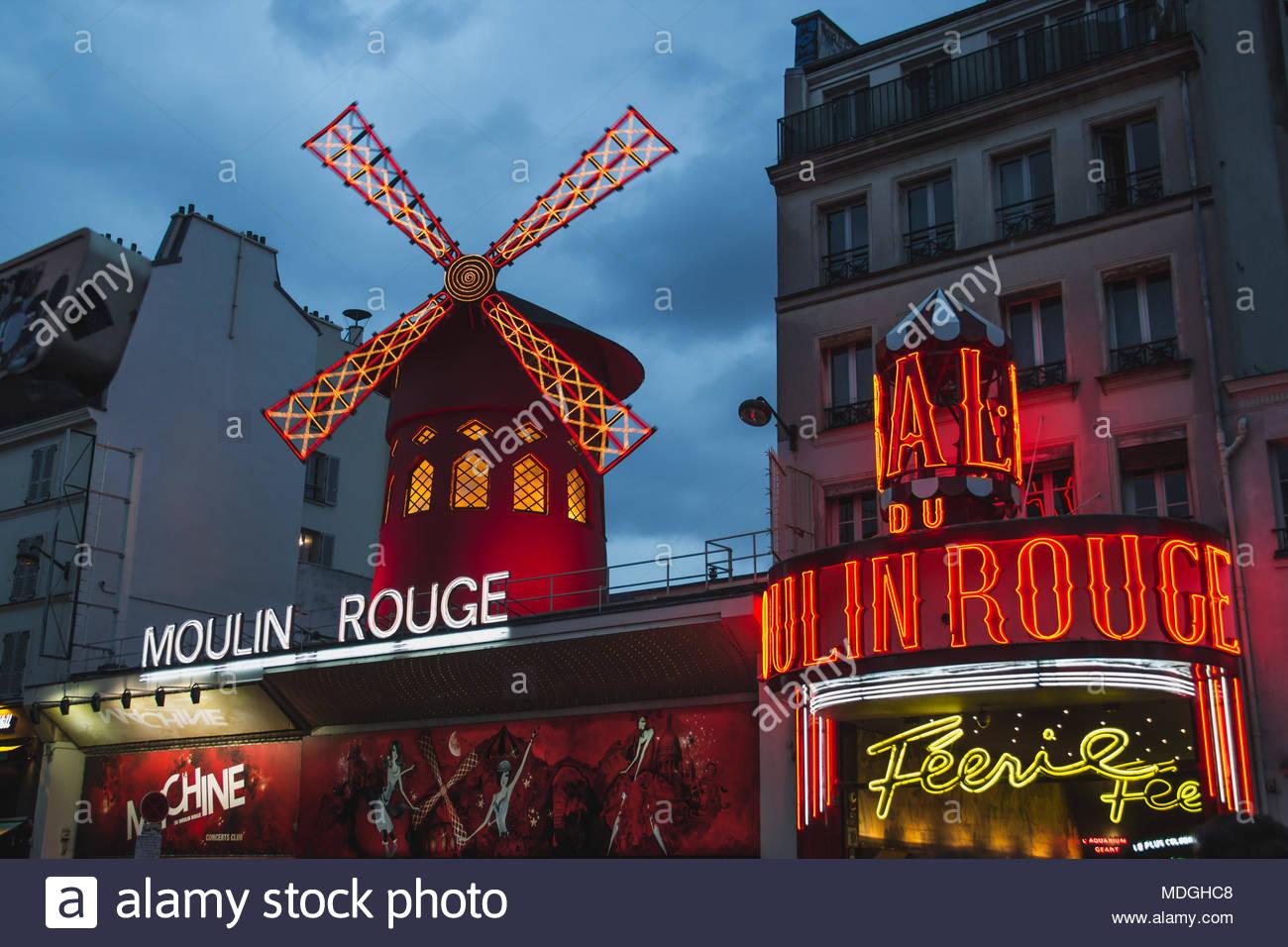 Moulin Rouge Paris en France à l'Heure Bleue Photo Stock