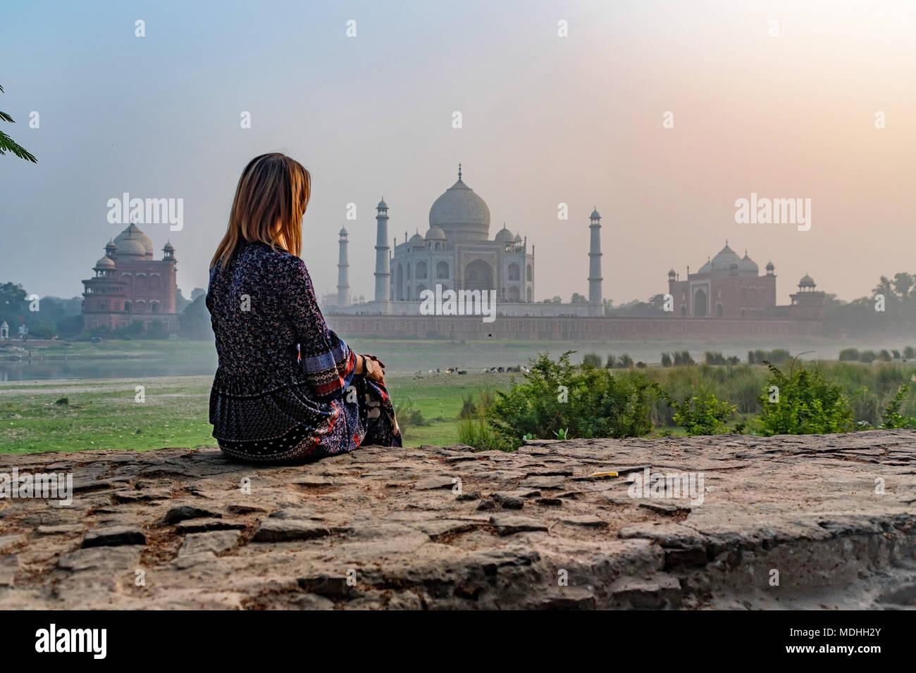 Belle fille ressemble au Taj Mahal. Concept de voyage Photo Stock