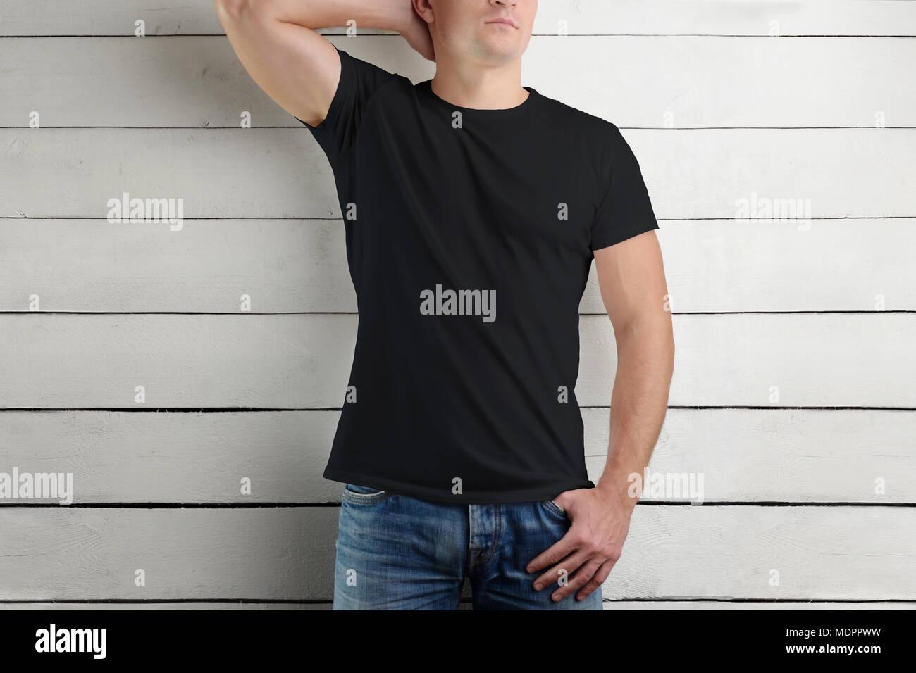 Maquette T Shirt Noir Sur Un Jeune Homme Muscle Soutenant La Tete