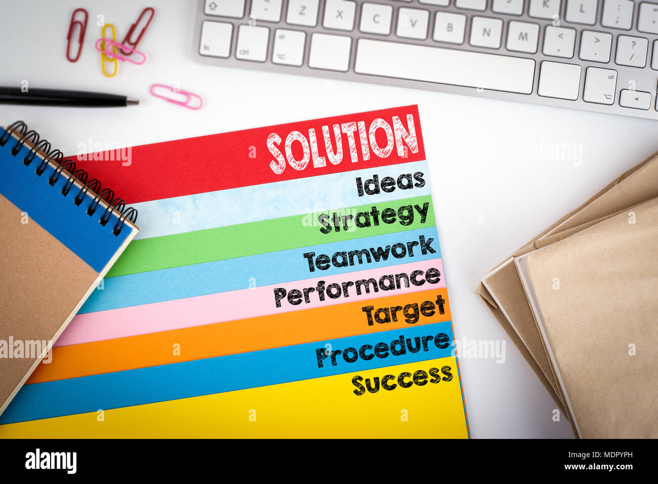 Concept de la solution. Office de bureau avec un clavier d'ordinateur et les pages couleur Photo Stock