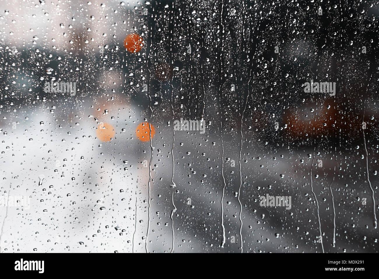 Gouttes sur le verre. Fond flou. Le trafic des pluies. Vue depuis la fenêtre humide. Banque D'Images