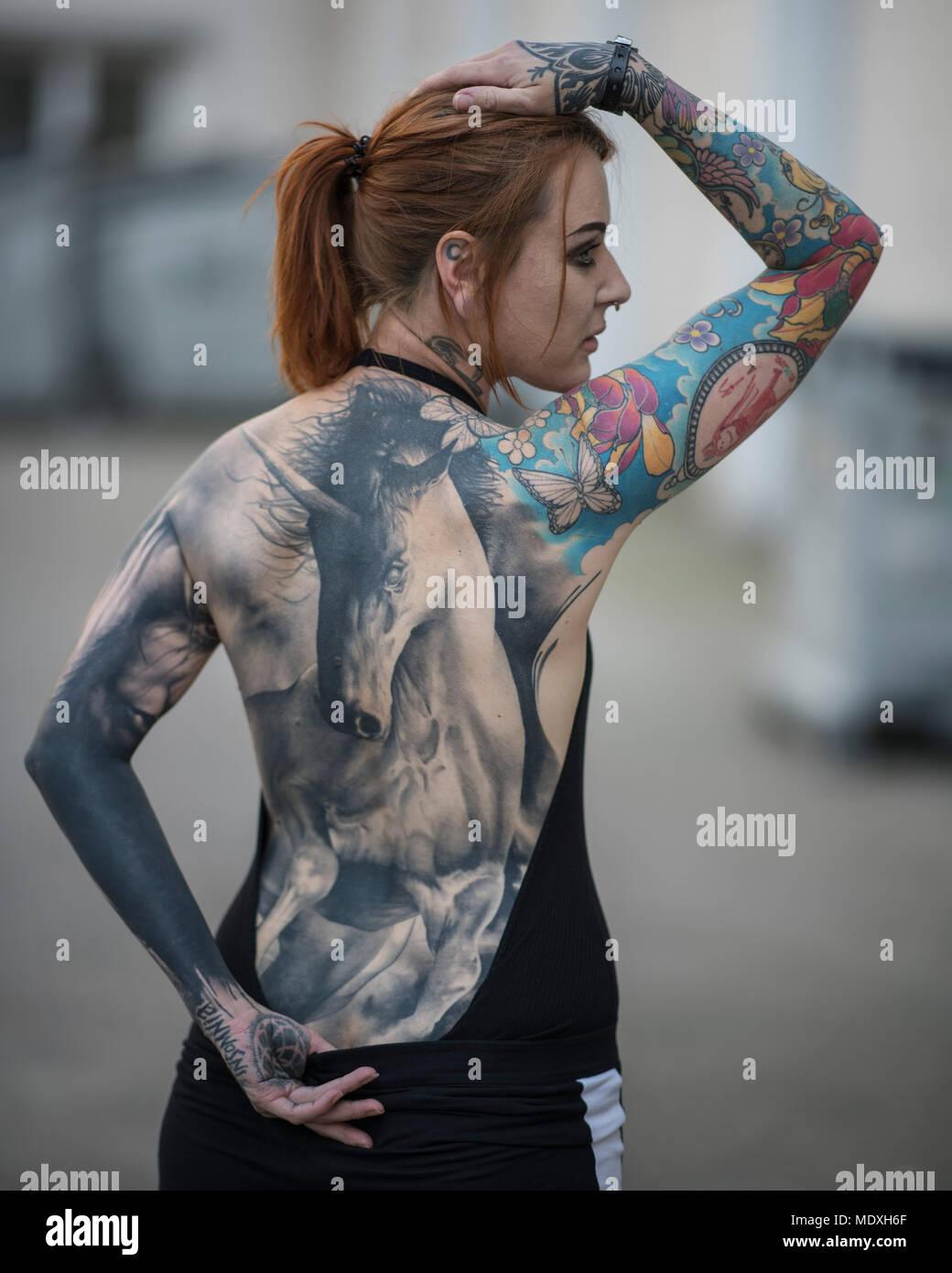 francfort, allemagne. 21 avril 2018. une femme présente son dos