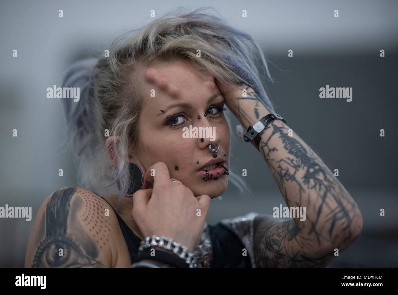 francfort, allemagne. 21 avril, 2018. suma présente ses tatouages