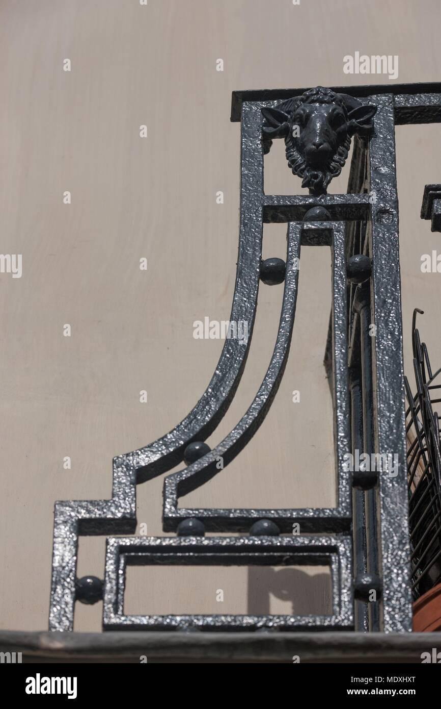 Paris, 67 rue de Turenne, détail d'une tête de taureau, sous le balcon, façade sur la rue, ancienne boucherie pendant le premier Empire français Banque D'Images