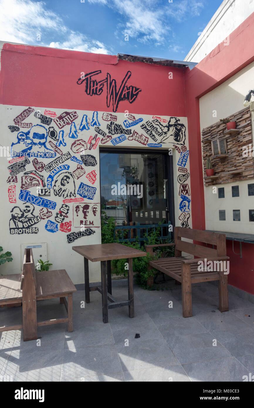 Le mur Café avec décoration musique, Karavella, Chypre, Méditerranéenne Photo Stock