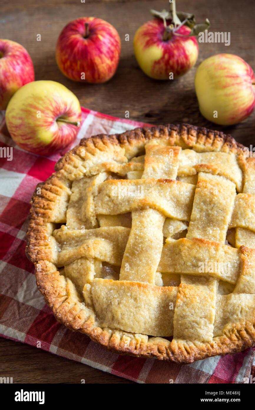 Dessert Tarte aux pommes classique. Des American Pie à partir de pommes d'été bio. Photo Stock