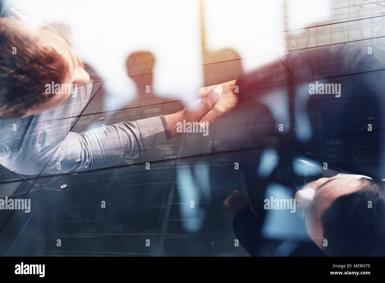L'établissement de liaison de personne d'affaires en bureau. concept d'équipe et partenariat. double exposition Photo Stock