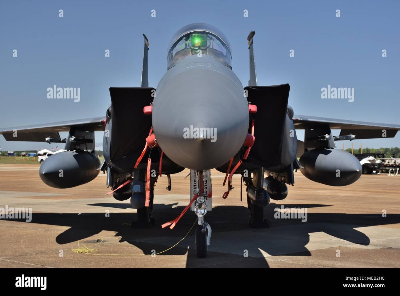 Une armée de l'air F-15E Strike Eagle fighter jet sur une piste à Columbus Air Force Base. Ce F-15E appartient à la 4e Escadre de chasse de Seymour Johnson Banque D'Images
