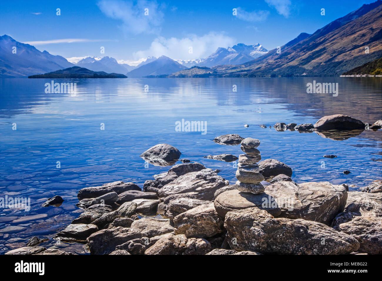Le Lac Wakatipu mène à Mt. Le Parc National en herbe, île du Sud, Nouvelle-Zélande. Photo Stock