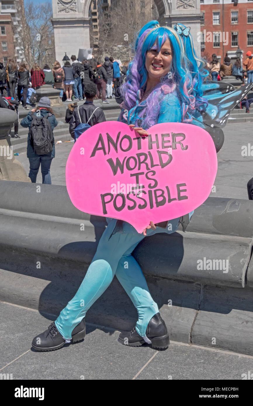 Marni Halasa tenant un signe optimiste à l'échelle nationale le débordement des écoles rassemblement à Washington Square Park, à New York. Photo Stock
