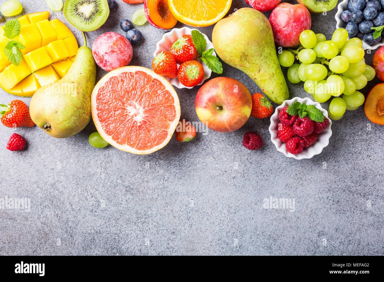 Un assortiment de fruits et de baies fraîches Photo Stock