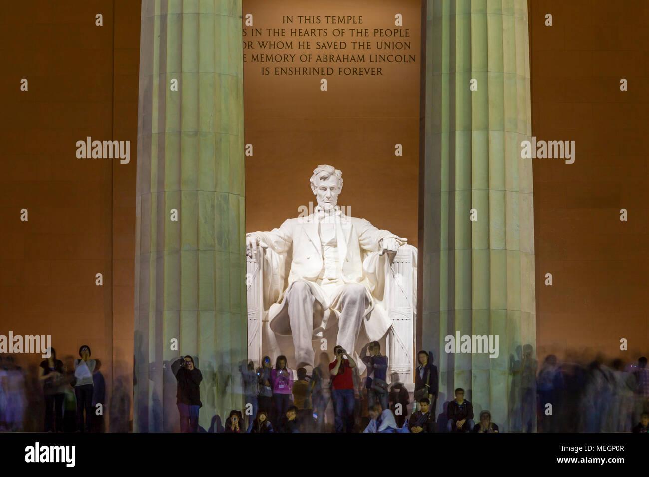 Les touristes au Lincoln Memorial, au crépuscule, Washington, DC, USA Banque D'Images