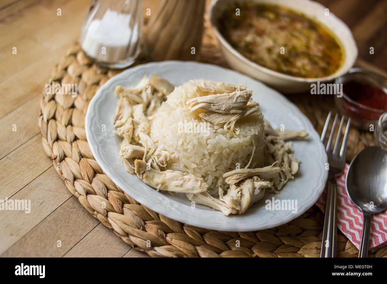 Traditionnel turc sur un poulet riz pilaf (tavuklu pilav) et le bouillon de poulet soupe Banque D'Images