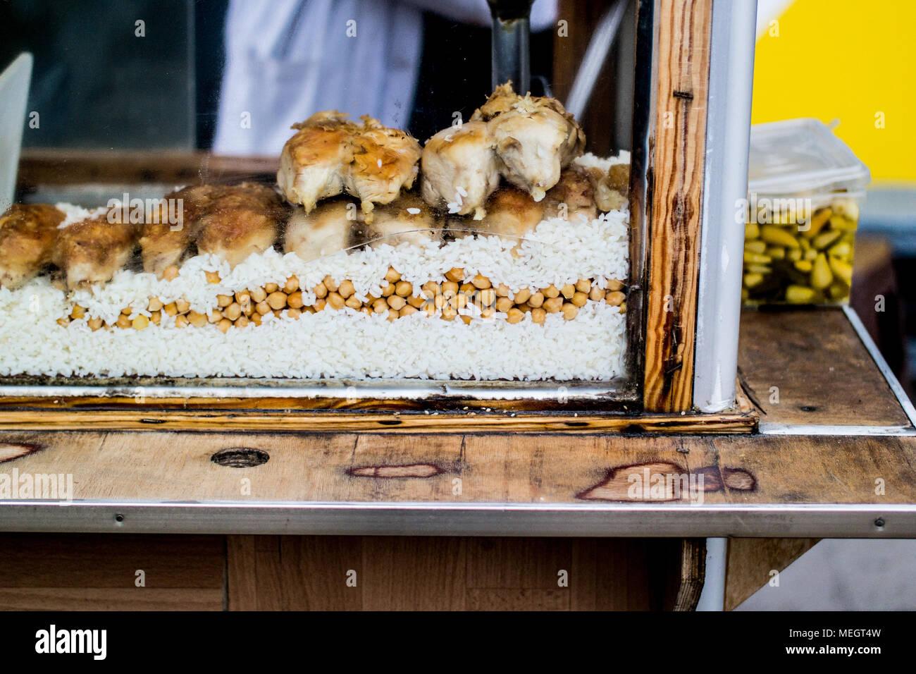 L'alimentation de rue turque Poulet et riz avec des pois chiches. / Tavuk pilav nourriture traditionnelle. Banque D'Images
