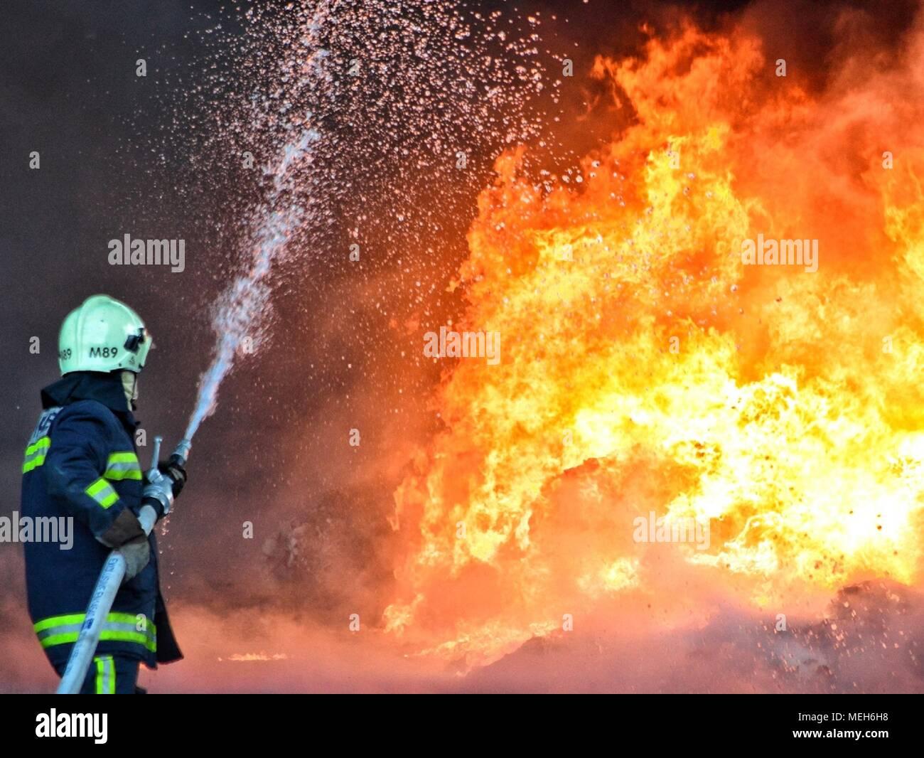 La lutte avec les pompiers, secours incendie Incendie à la survivante. D'énormes flammes brûlé une entreprise de recyclage à Tirana, l'extinction d'incendie pompier Photo Stock