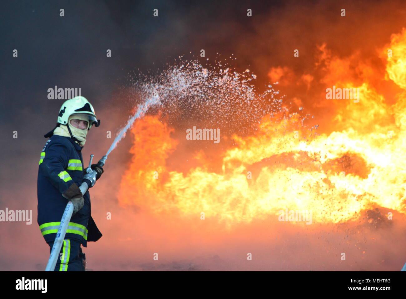 Kashar, Tirana-Albania, 22 avril 2018. Grand feu brûle complètement une entreprise de recyclage de Kashar, 10 fire-unités déjà sur la scène du mal à éteindre les flammes. Pas de blesse ou décès sont signalés Crédit: Antonio Cakshiri/Alamy Live News Banque D'Images