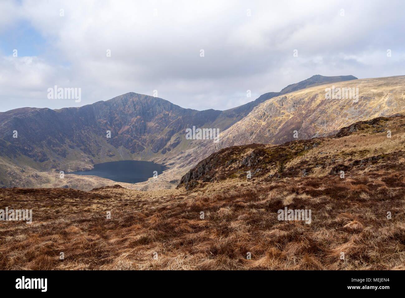 Les sommets du Cadair Idris, Craig et Llyn Cwm Armarch Cauviewed à partir du chemin qui mène jusqu'à Mynydd Moel Banque D'Images
