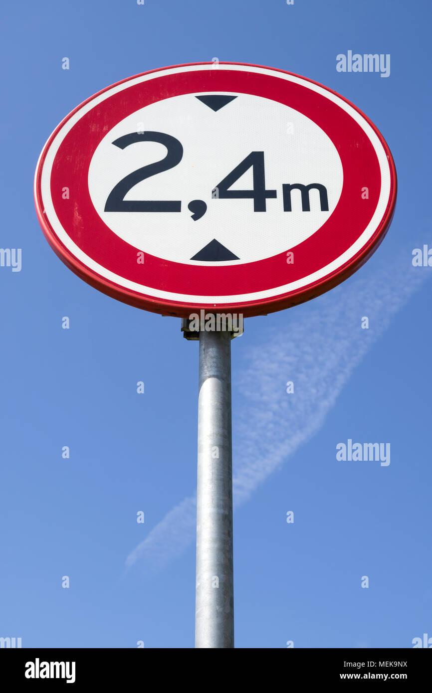 Panneau routier néerlandais: pas d'accès pour les véhicules d'une hauteur supérieure à 2,4 m Photo Stock