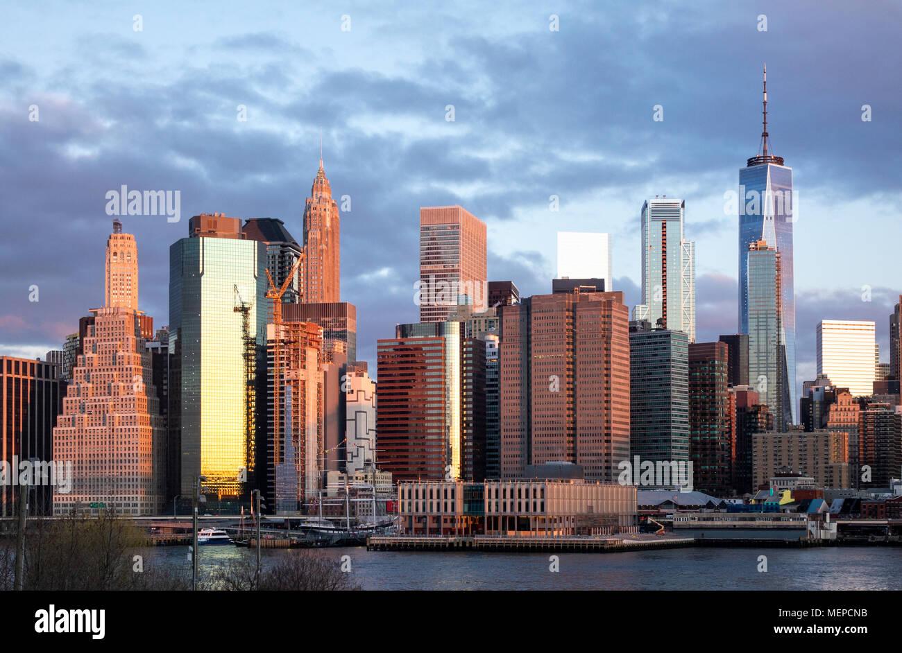 Puits de Lower Manhattan vu depuis Brooklyn à l'aube Photo Stock