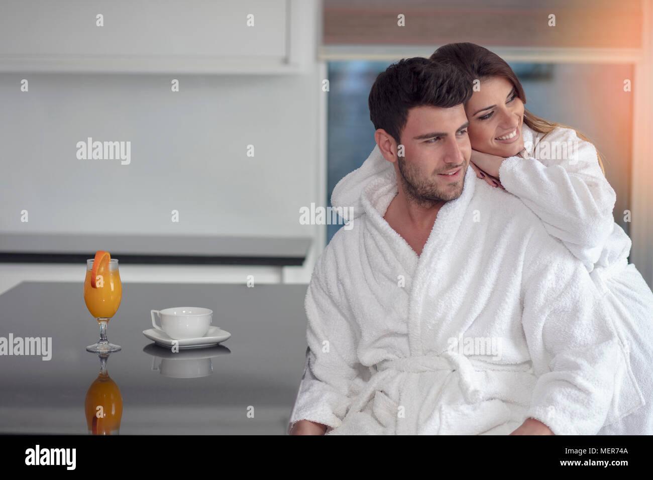 Portrait d'un homme et sa femme dans la cuisine pendant le petit-déjeuner Photo Stock