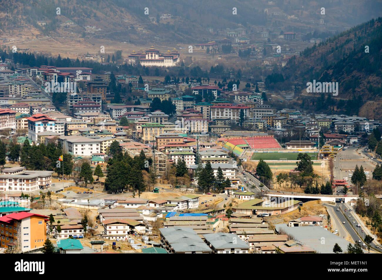Vue sur la ville, depuis le sud, Thimphu, Bhoutan. Tashichho Dzong à distance Photo Stock