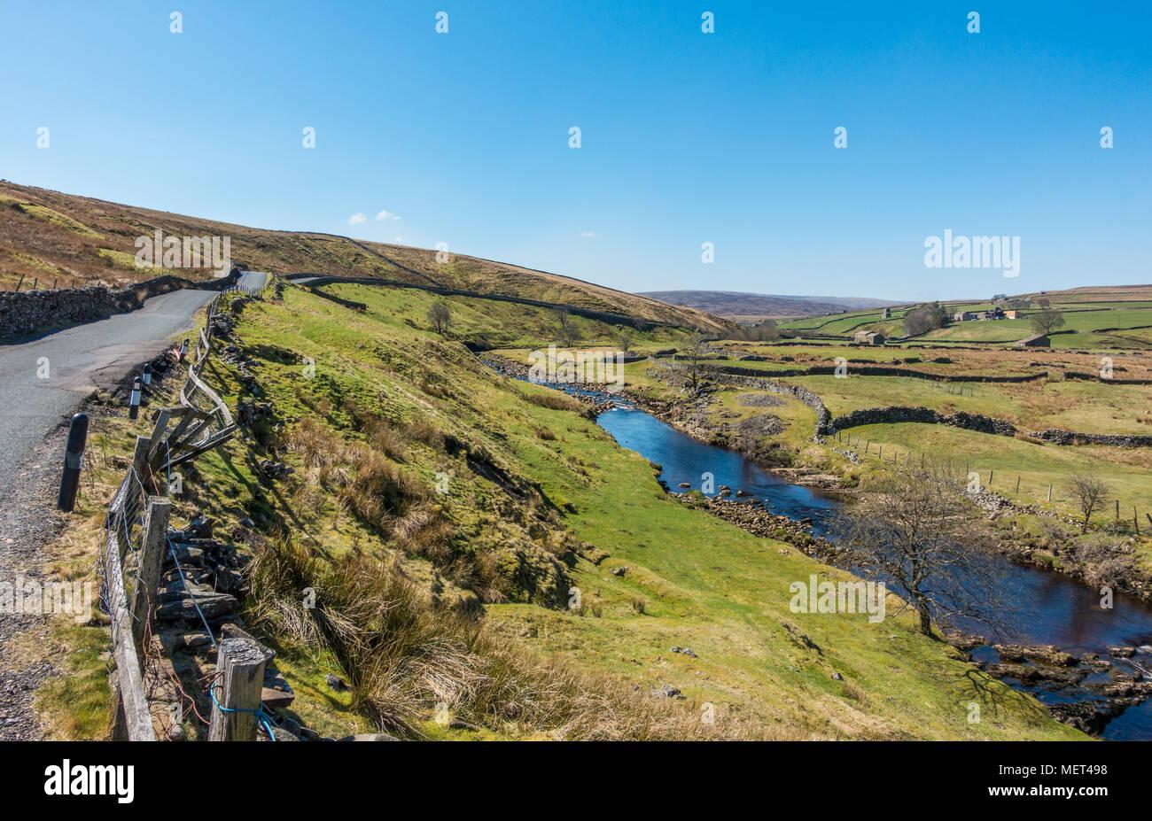 Une vue pittoresque de Swaledale et la rivière Swale et la route B6270 en temps superbe, Yorkshire Dales Banque D'Images