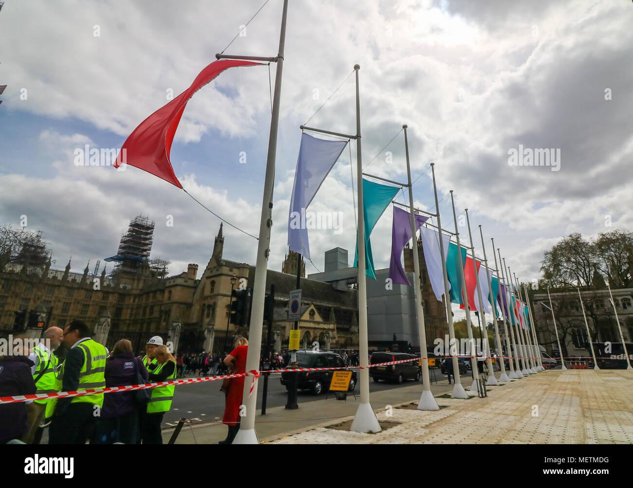 London UK. 23 avril 2018. Drapeaux de couleur représentant le mouvement Sufragette accrocher à la place du Parlement en l'honneur de Millicent Fawcett ,une féministe britannique, politique et dirigeant syndical, qui a fait campagne pour que les femmes aient le droit de vote. En 1908, Emmeline Pethick-Lawrence, conçu les suffragettes' de couleurs de pourpre pour la loyauté et la dignité, blanc pour la pureté, et le vert pour l'espoir Crédit: amer ghazzal/Alamy Live News Banque D'Images