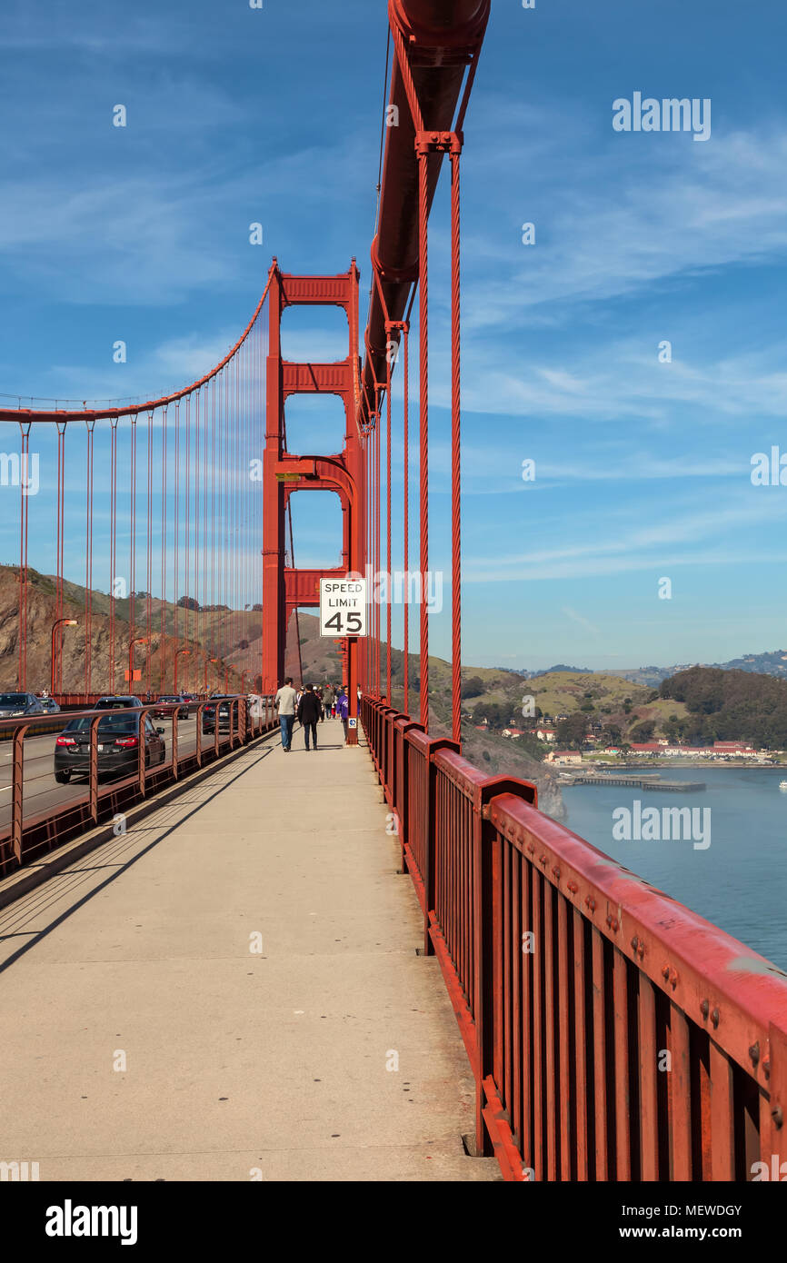 Les piétons sur le trottoir, avec le signe de la limite de vitesse pour les véhicules sur le Golden Gate Bridge, en Californie, aux États-Unis. Photo Stock