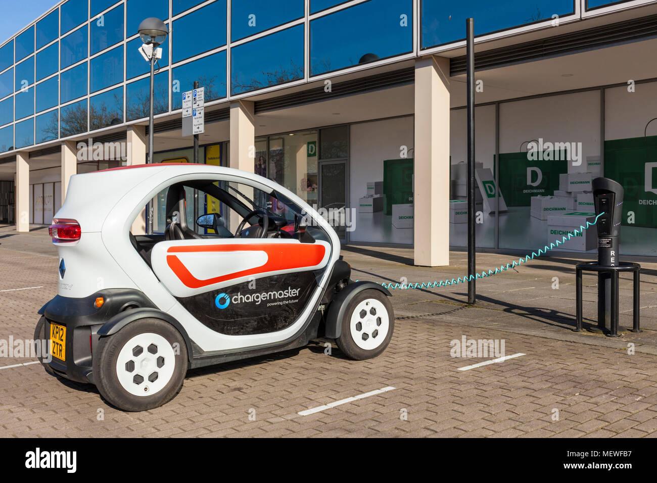 Milton Keynes Angleterre Angleterre twizzy voiture électrique voiture électrique point de recharge central Milton Keynes Buckinghamshire Angleterre centre ville go uk Banque D'Images