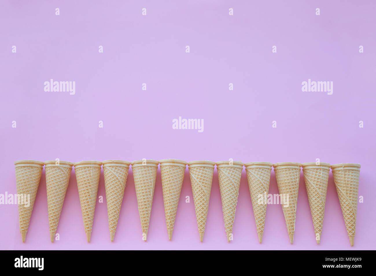 Cornet de crème glacée sur fond rose Photo Stock
